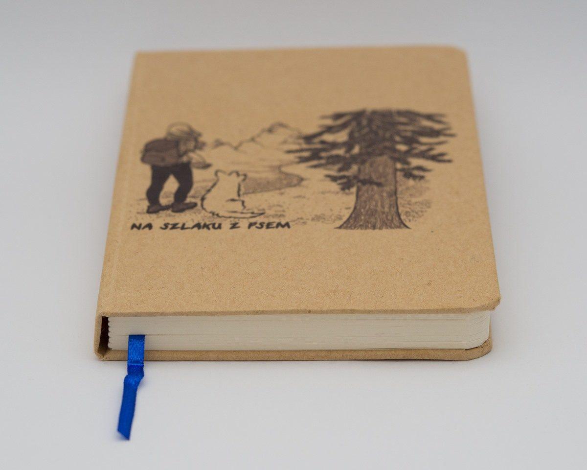 Notes z dziewczyną i psem na okładce